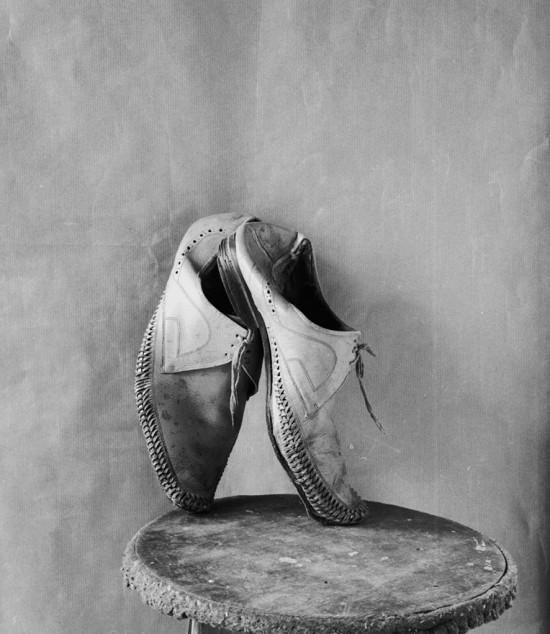 Espacio muerto con zapatos, 1983.Albero García-Alix. Colección Alcobendas