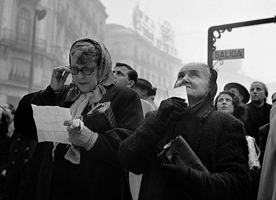 Catala-Roca---Esperando-el-Gordo.-Puerta-del-Sol,-Madrid,-1952