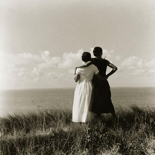 Madeleine y Clo de espaldas en las dunas., Meschers, 1931. Pitou
