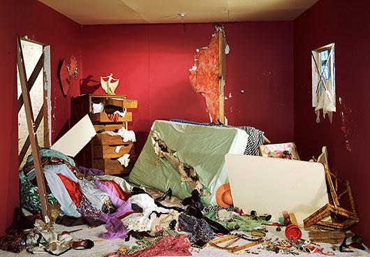Caixa-jeff-wall-i-la-habitacion-destruida-i-1978