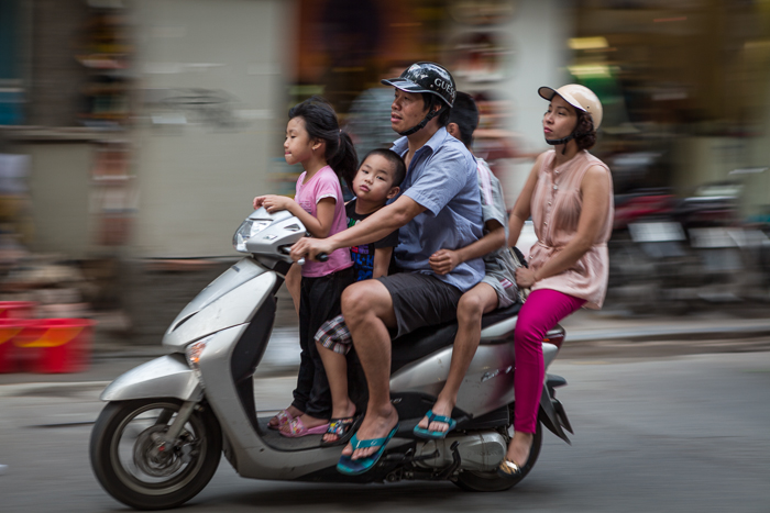 Omnifoto--tecnica-de-barrido---Familia-en-moto,-Vietnam