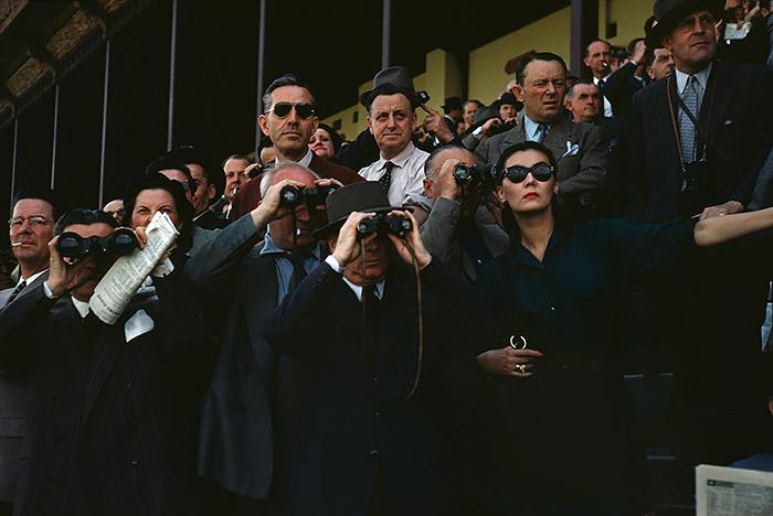Robert Capa, [espectadores en el hipódromo de Longchamp, París], ca. 1952. © / Centro Internacional de Fotografía de Robert Capa / Magnum Photos.