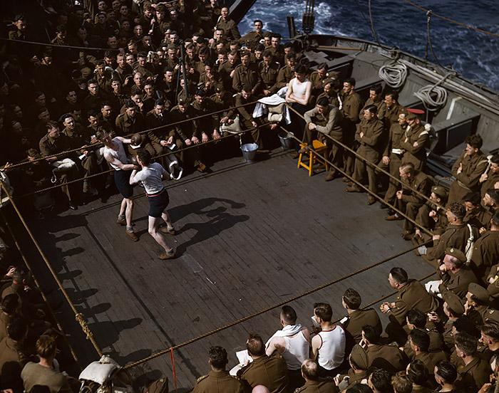 Robert Capa, [soldados británicos viendo un combate de boxeo en un buque de transporte de Inglaterra a África del Norte], 1943. © Centro de Robert Capa / Internacional de Fotografía / Magnum Photos.
