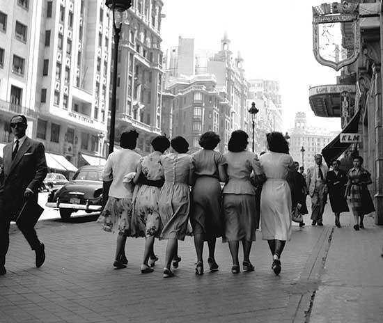 Catala-Roca---Señoritas-por-la-Gran-Vía,-Madrid,-1959