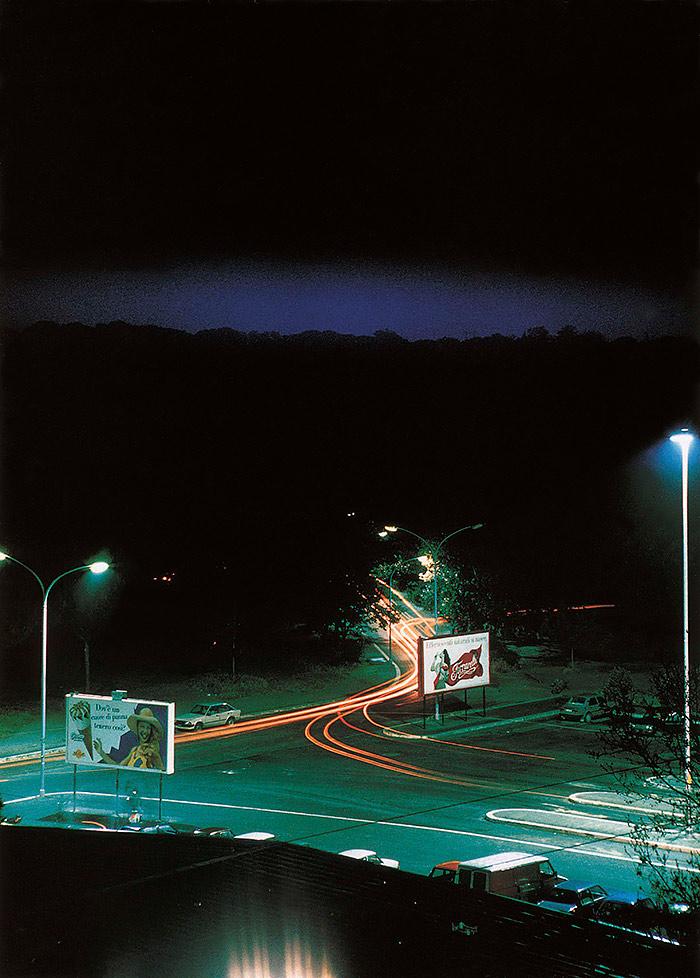 Lewis-Baltz-Piazza-Pugliese,-de-la-serie-Generic-Night-Cities,-1992